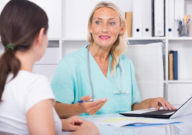 Weiblicher arzt arbeitet mit patient im büro   Kostenlose Foto