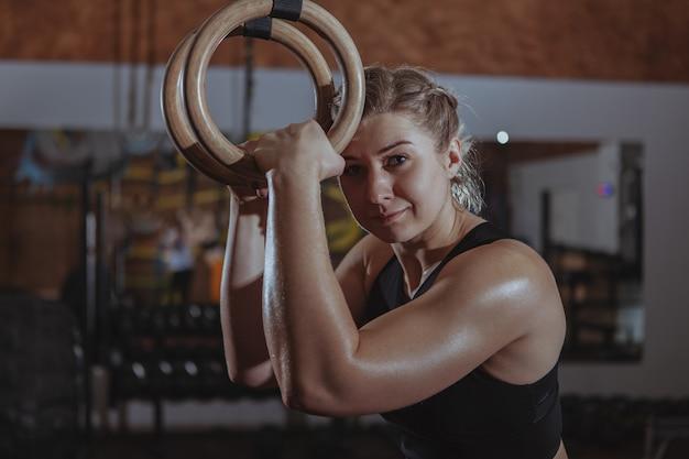 Weiblicher ausarbeitender crossfit athlet Premium Fotos