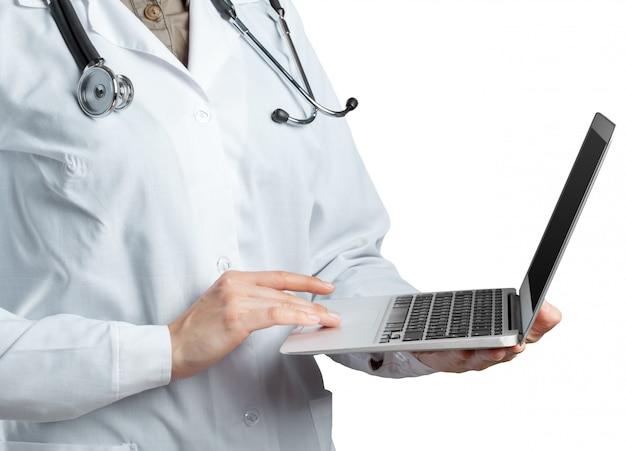 Weiblicher doktor, der einen laptop, getrennt anhält Premium Fotos