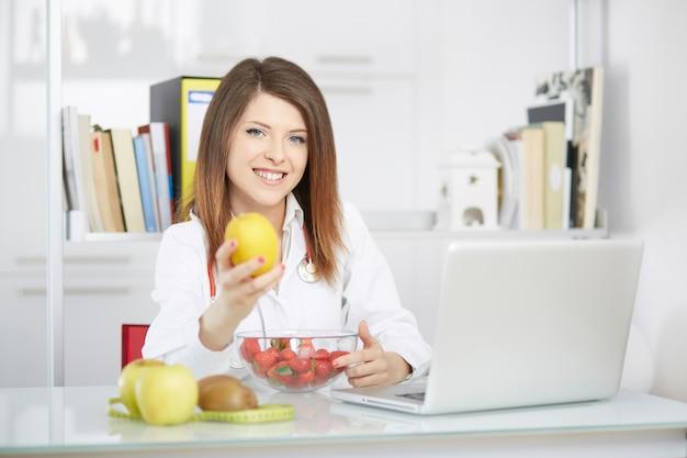 Weiblicher ernährungswissenschaftler, der in ihrem studio arbeitet Premium Fotos