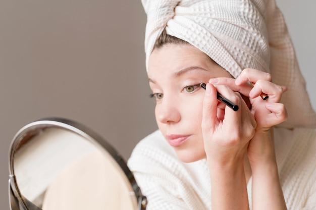 Weiblicher eyeliner im spiegel Kostenlose Fotos