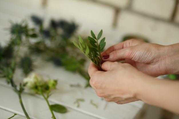 Weiblicher florist sammeln bouqet von der frischen blume für hochzeitszeremoniedekoration Premium Fotos