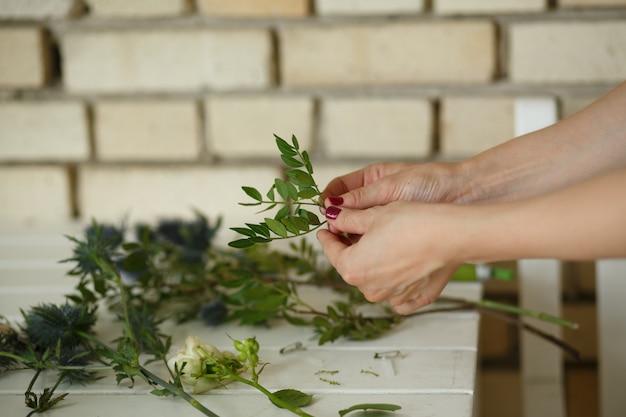 Weiblicher florist sammeln bouqet von der frischen blume Premium Fotos