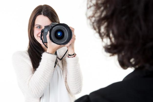 Weiblicher fotograf, der bildporträt der frau macht Premium Fotos