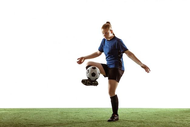 Weiblicher fußball, fußballspieler, der ball tritt, training in aktion und bewegung lokalisiert auf weißem hintergrund Kostenlose Fotos