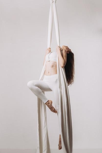 Weiblicher gymnast, der silk luftakrobatik tut Premium Fotos