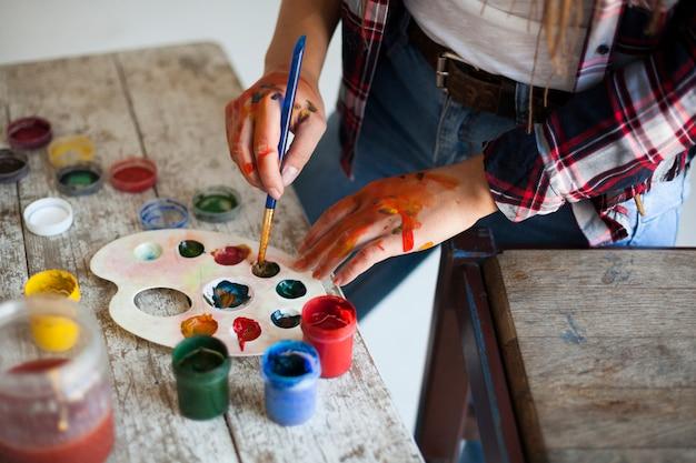 Weiblicher künstler, der zuhause malt Kostenlose Fotos