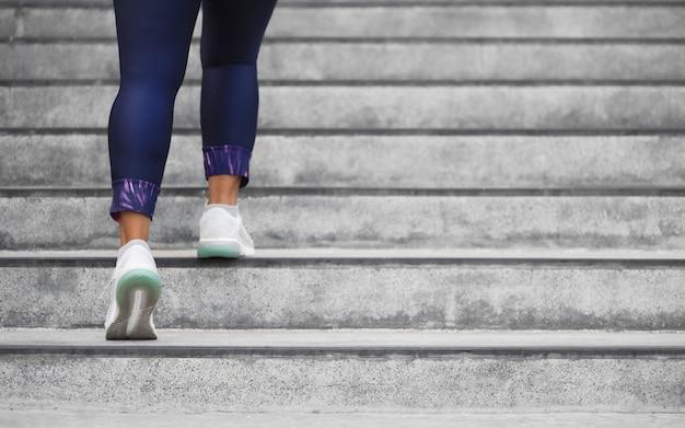 Weiblicher läuferathlet, der das treppenklettern tut. Premium Fotos