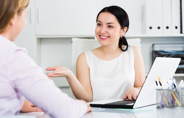 Weiblicher manager mit kunden Kostenlose Fotos