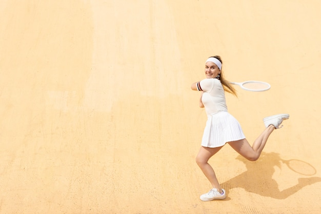 Weiblicher tennisspieler, der auf match sich konzentriert Kostenlose Fotos