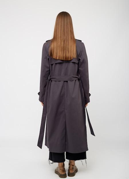 Weiblicher trenchcoat. kohlefarbe. auf weiß isoliert Premium Fotos