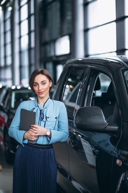 Weiblicher verkäufer an einem autosalon Kostenlose Fotos