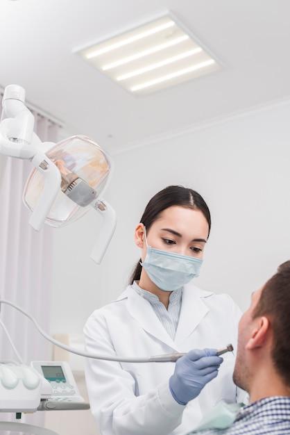 weiblicher zahnarzt mit patienten  kostenlose foto