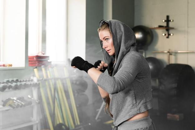 Weibliches boxertraining für einen neuen wettbewerb mit kopienraum Kostenlose Fotos