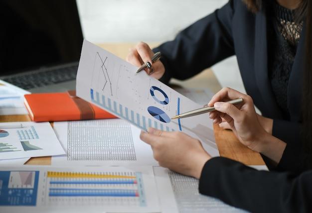 Weibliches buchhalterteam analysiert datendokumente im büro. Premium Fotos