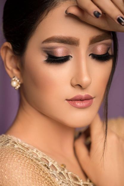 Weibliches modell im hochzeitsbraut-make-up Kostenlose Fotos