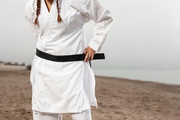 Weibliches modell in der karateausstattung mit gurt Kostenlose Fotos