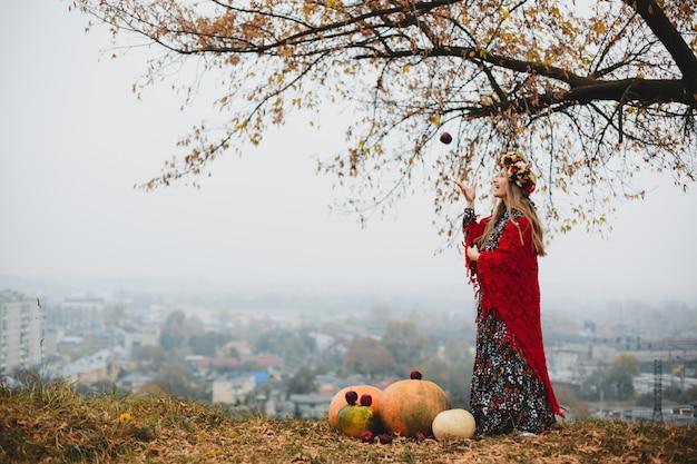 Weibliches porträt. reizend schwangere frau im langen kleid und im rot s Kostenlose Fotos