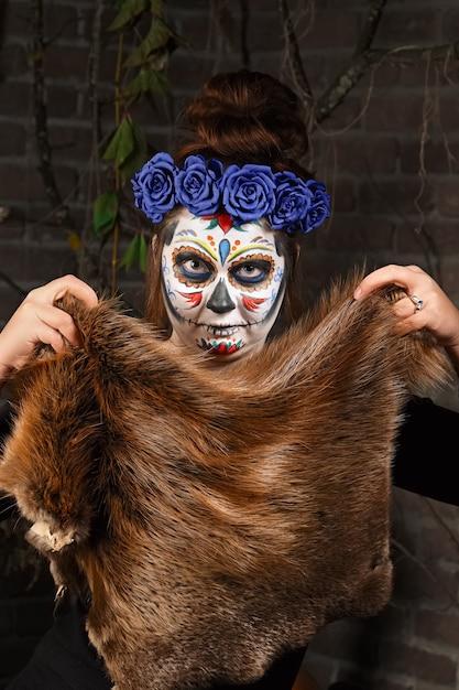 Weibliches zuckerschädelmake-up. gesicht malen kunst. Premium Fotos