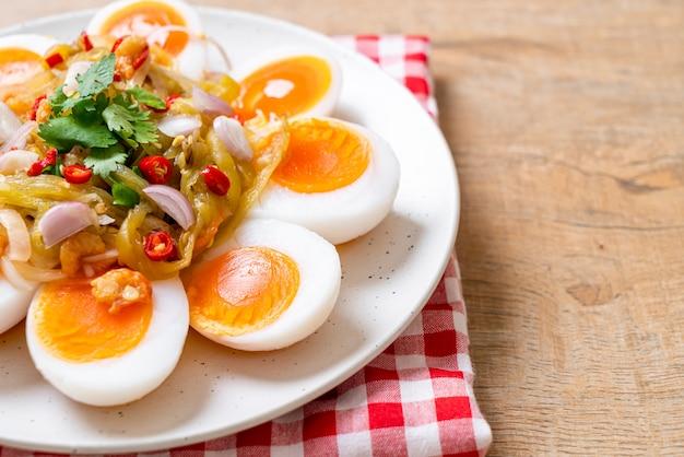 Weich gekochte eier würziger salat Premium Fotos
