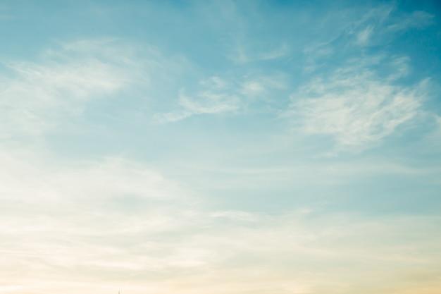 Weiche bewölkt ist steigungspastell, abstrakter himmelhintergrund in der süßen farbe. Premium Fotos