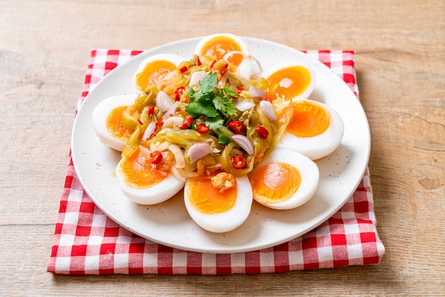 Weiche gekochte eier würziger salat Premium Fotos