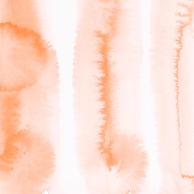 Weiche orange aquarellfarbe auf weißem hintergrund Kostenlose Fotos