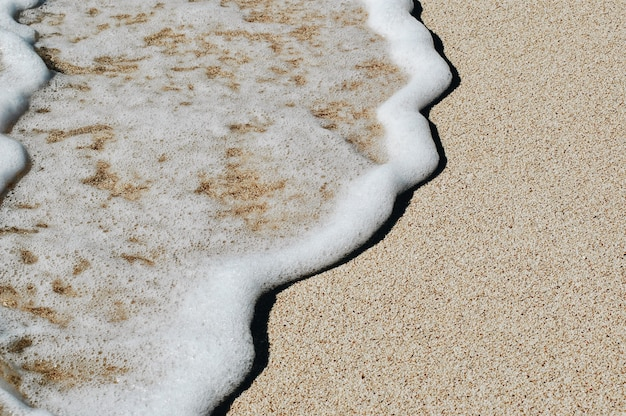 Weiche welle des blauen ozeans auf sandy beach. hintergrund. Premium Fotos