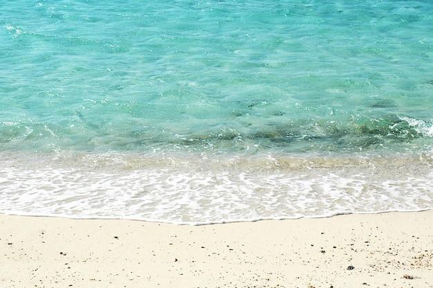Weiche welle des blauen ozeans auf sandy beach. Premium Fotos