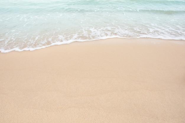 Weiche welle von meer auf leerem sandigem strand Premium Fotos