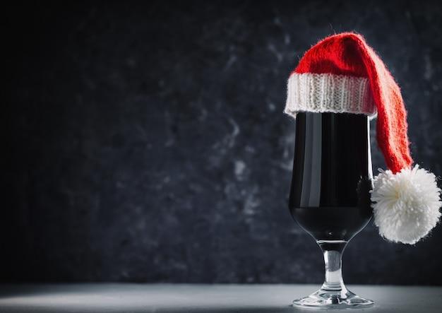 Weihnachten craft beer imperial stout oder träger in santa hut exemplar Premium Fotos