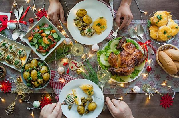 Weihnachten familie esstisch festlich gedeckter tisch. sitzordnung bei tisch. die geschenke . neujahr. sicht von oben. Premium Fotos