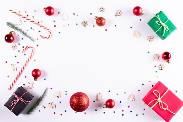 Weihnachten geschenke und dekorationen auf weiß. weihnachten, winter. draufsicht, exemplar Premium Fotos