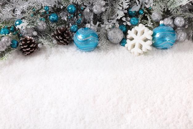 Weihnachten grenze mit dekorationen auf dem schnee Kostenlose Fotos