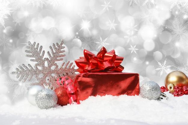 weihnachten hintergrund mit kugeln und geschenk im schnee. Black Bedroom Furniture Sets. Home Design Ideas