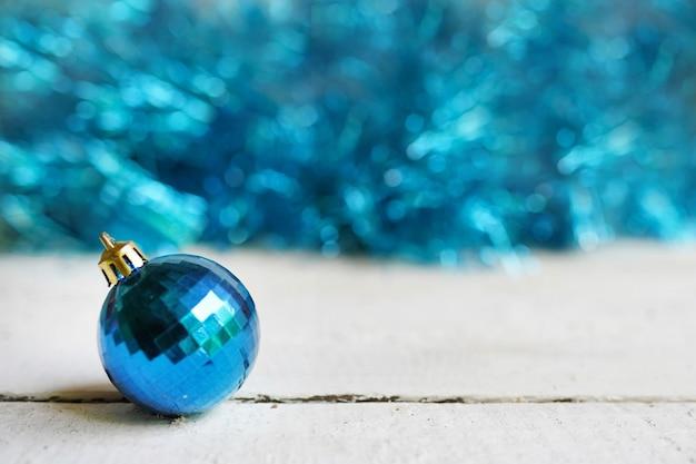 Weihnachten mit blauer spielzeugkugel. frohe weihnachten, winterurlaub, happy new year Premium Fotos