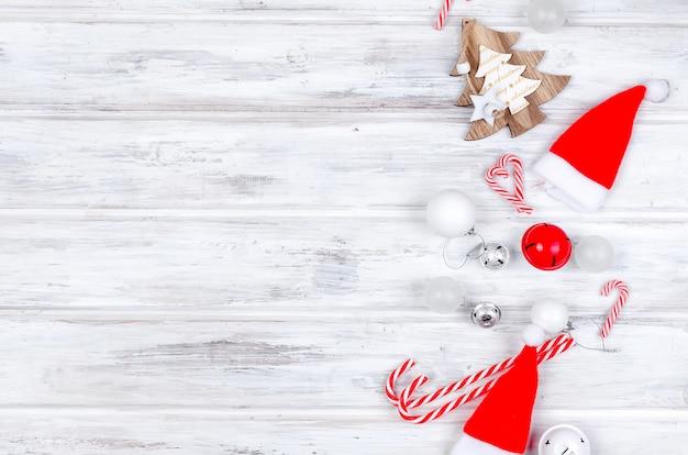 Weihnachten mit tannenzweigen, geschenken, weihnachtsspielwaren Premium Fotos