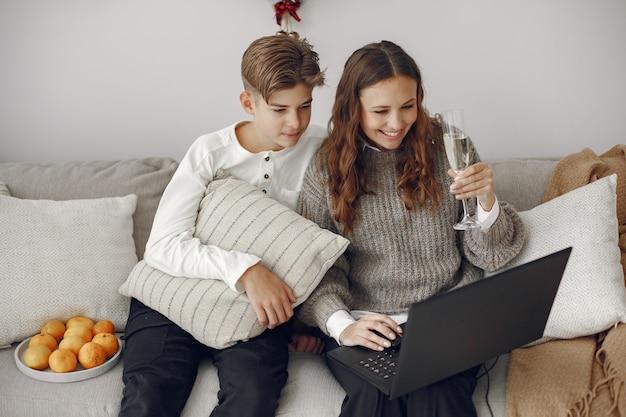 Weihnachten online. feier weihnachten neujahr in lockdown coronavirus quarantäne. online feiern. mutter mit sohn. Kostenlose Fotos