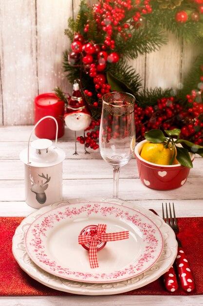 Weihnachten tabelleneinstellung. neues jahr oder weihnachtskonzept. getontes bild, vorgewählter fokus Premium Fotos