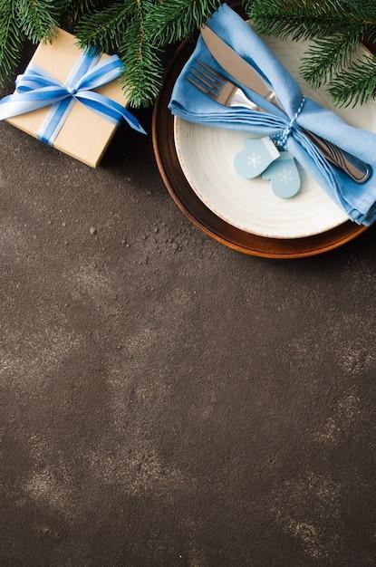 Weihnachten tabelleneinstellung. winter zum schreiben des weihnachts- oder neujahrsmenüs. Premium Fotos