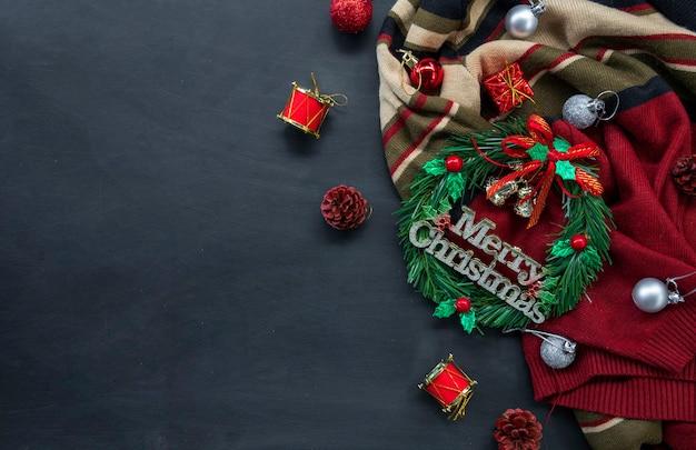 Weihnachten und ein frohes neues jahr hintergrund mit festlicher dekoration und kopierraum. draufsicht. flach liegen Premium Fotos