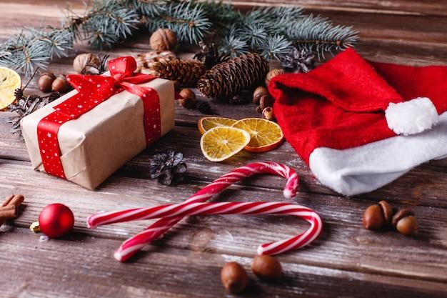 Weihnachten und neujahr dekor. präsentkarton mit rotem band liegt auf einer tabelle mit keksen Kostenlose Fotos