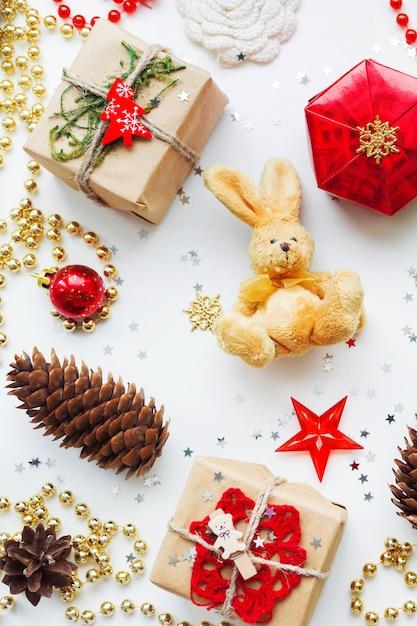 Weihnachten und neujahr hintergrund mit dekorationen. Premium Fotos