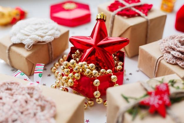 Weihnachten und neujahr mit geschenken und dekorationen. Premium Fotos