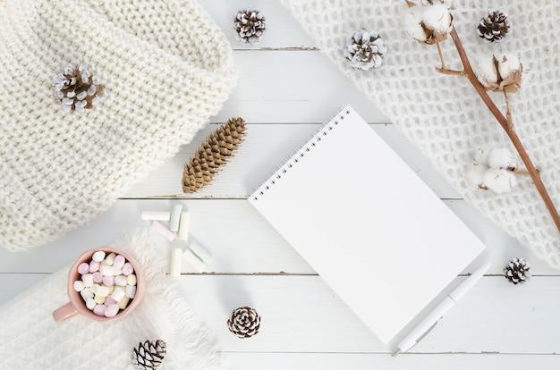 Weihnachten winter zusammensetzung. leerer notizblock, tannenbaum, zapfen, baumwolle. Premium Fotos