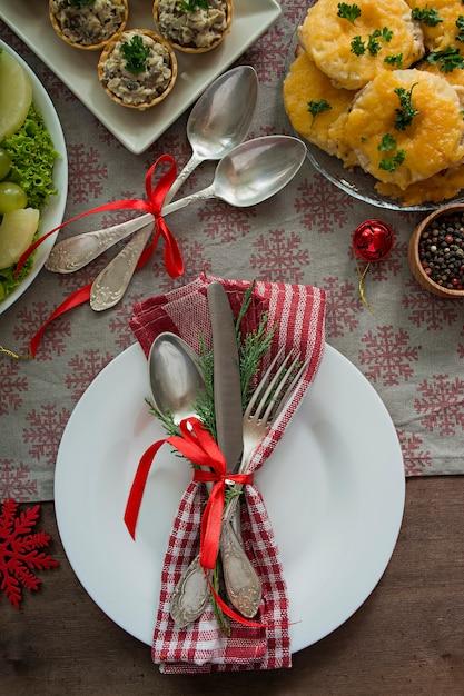 Weihnachtlicher familientisch. festlich gedeckter tisch. sitzordnung bei tisch. die geschenke . neujahr. von oben betrachten. Premium Fotos
