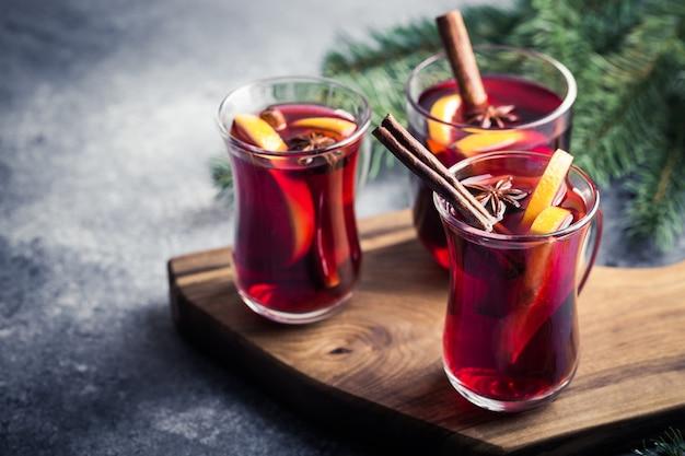 Weihnachtlicher glühwein. traditionelles festliches getränk Premium Fotos