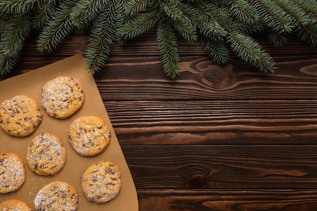 Weihnachts hausgemachte kekse auf einem holz Premium Fotos