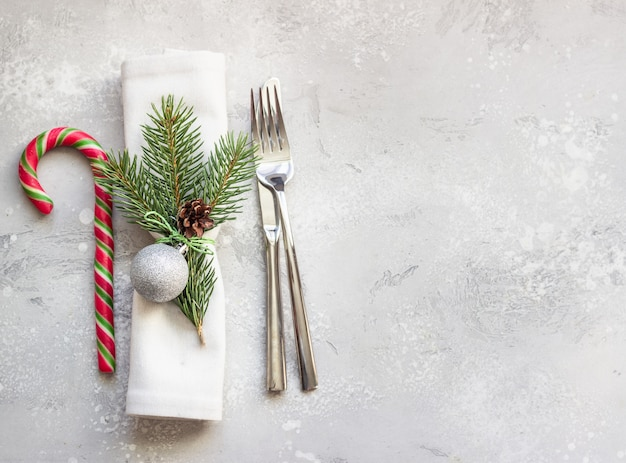Weihnachts- oder neujahrsgedeck mit festlichen dekorationen. Premium Fotos