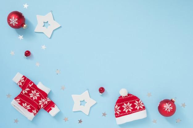 Weihnachts- oder winterrahmen mit den weißen und roten dekorationen auf blauem pastellhintergrund. neues jahr-konzept. Premium Fotos